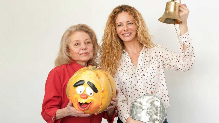 Mayra Gómez Kemp y Paula Vázquez, con atrezzo de 'Un, dos, tres'