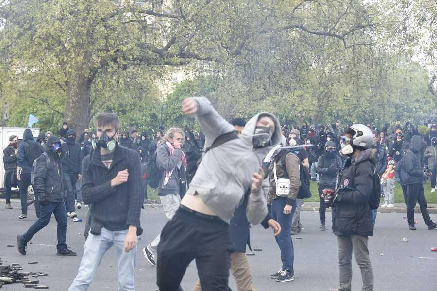 Manifestantes enmascarados se enfrentan a la policía en Nantes, Francia.