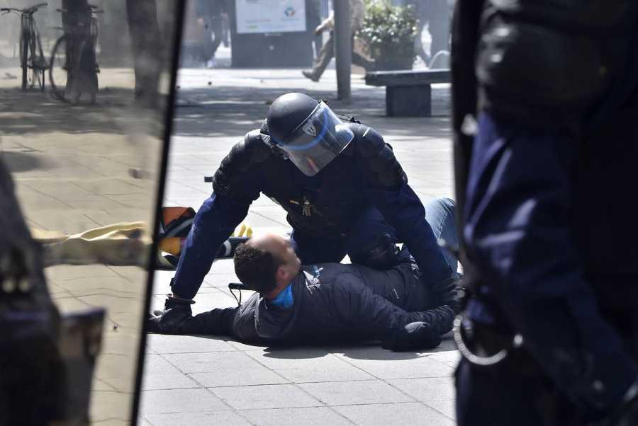 La policía detiene a un manifestantes en Nantes, Francia.