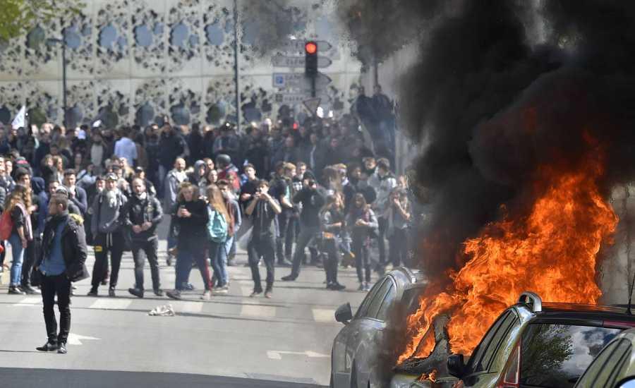 Un coche arde en medio de los disturbios en Nantes.
