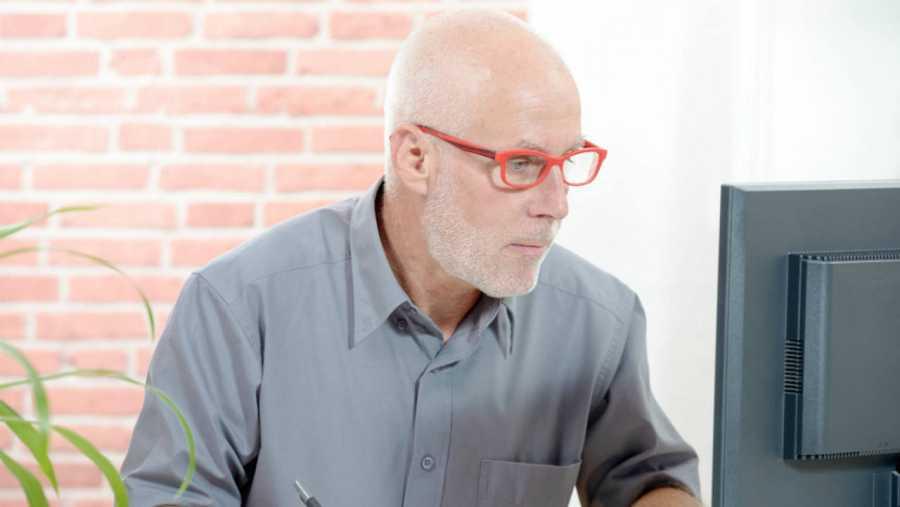 Persona mayor de 50 años trabajando