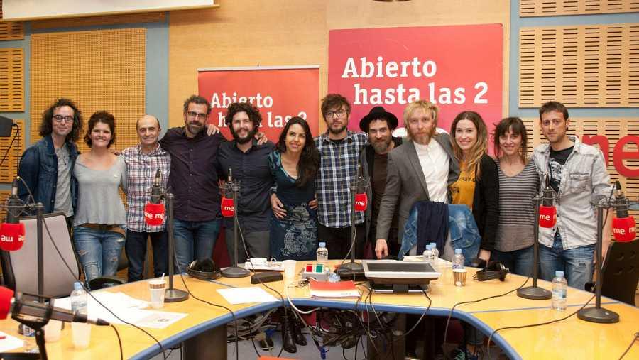 Pepe Viyuela, Antílopez y todo el equipo del programa, con la banda invitada