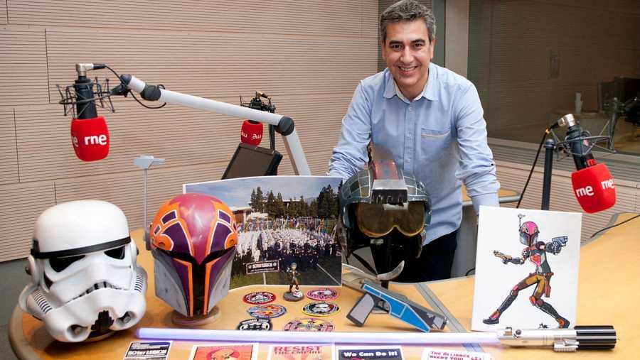 Arturo Martín, en los estudios de Rne Madrid, con algunos objetos relacionados con Star Wars