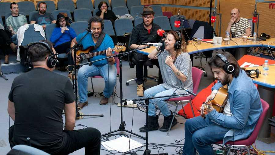 Lamari, con su banda durante un momento del acústico