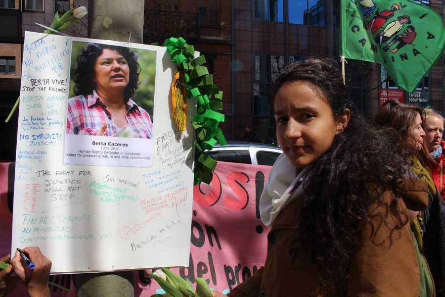 Berta participa en una manifestación en Bruselas para exigir una investigación independiente de la muerte de su madre.