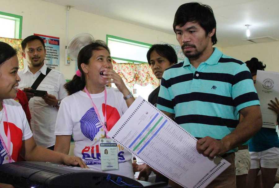 El boxeador Manny Pacquiao, que se presenta a senador, vota en las elecciones de Filipinas
