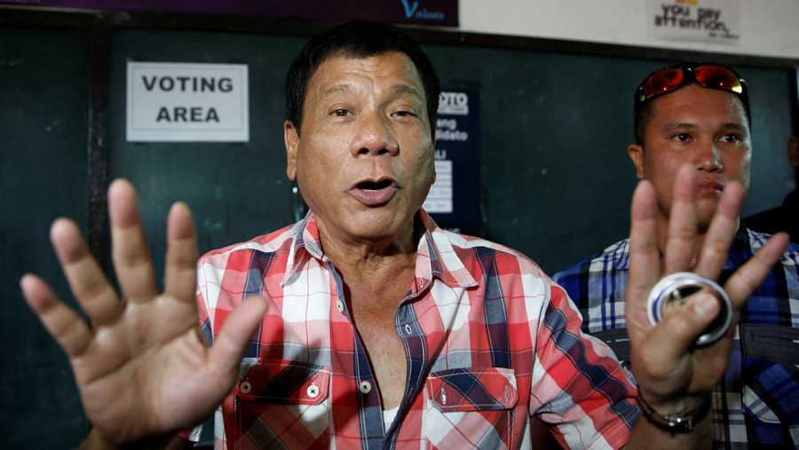 El candidato presidencial Rodrigo Duterte poco después de depositar su voto en Davao, al sur de Filipinas.