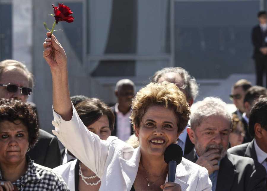 Dilma Rousseff se dirige a sus seguidores ante el Palacio de Planalto, tras ser suspendida como presidenta de Brasil