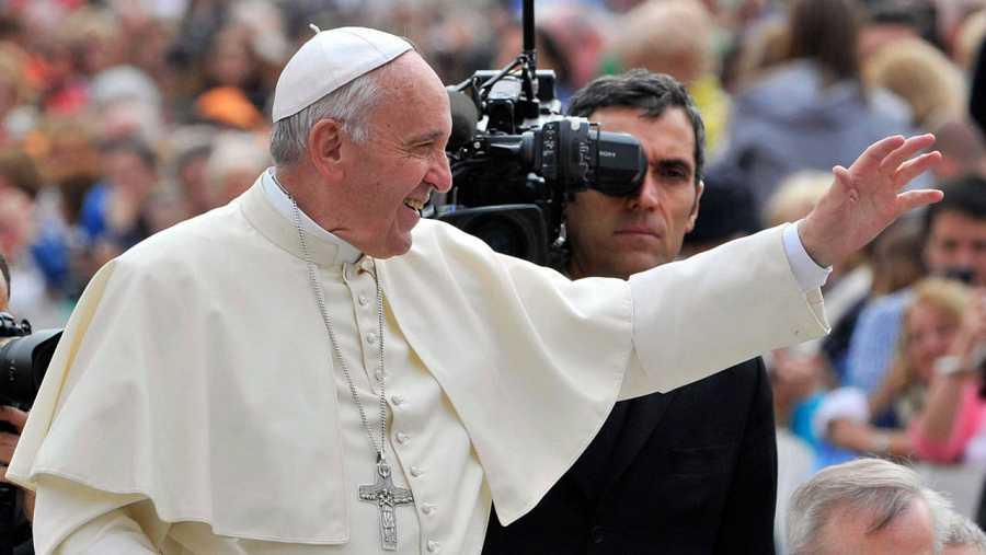 El papa Francisco saluda a los fieles a su llegada a la audiencia general de los miércoles