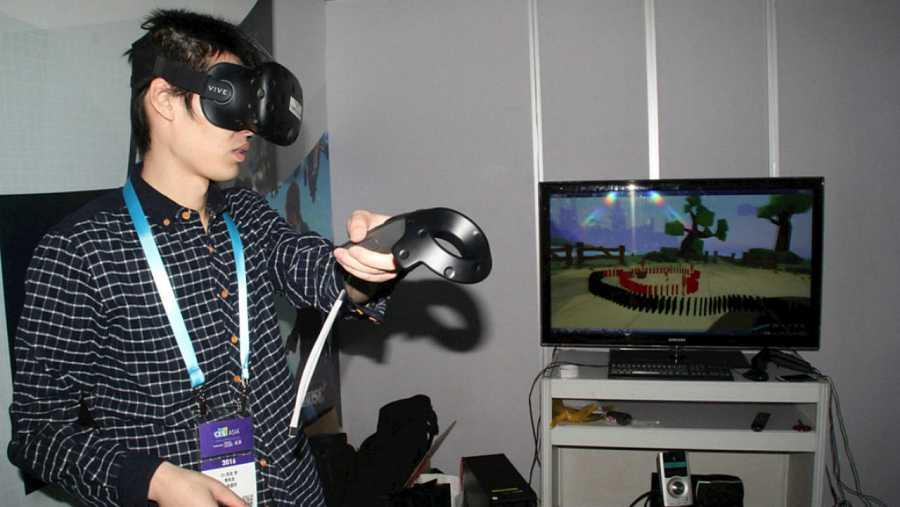Visitante de la II Feria de Electrónica de Consumo de Asia utilizando un dispositivo de realidad virtual