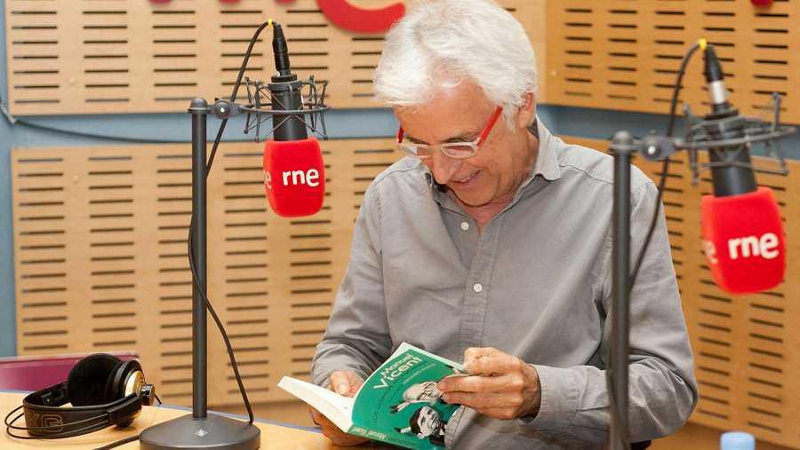 Nuestro invitado recibió un ejemplar firmado del último libro de Manuel Vicent