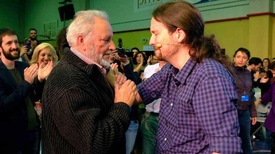 Iglesias, muy emocionado junto al histórico líder de IU, Julio Anguita.