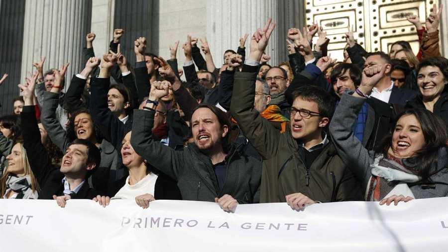 Iglesias y Errejón, con el resto del grupo parlamentario de Podemos.