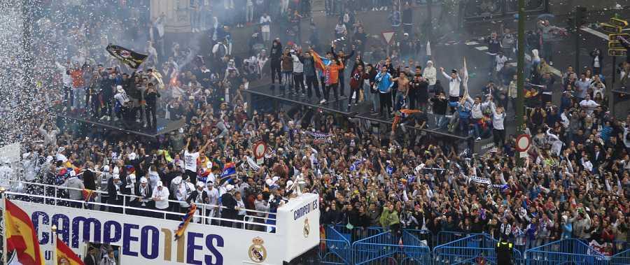 Los jugadores del Real Madrid a su llegada a la fuente de Cibeles