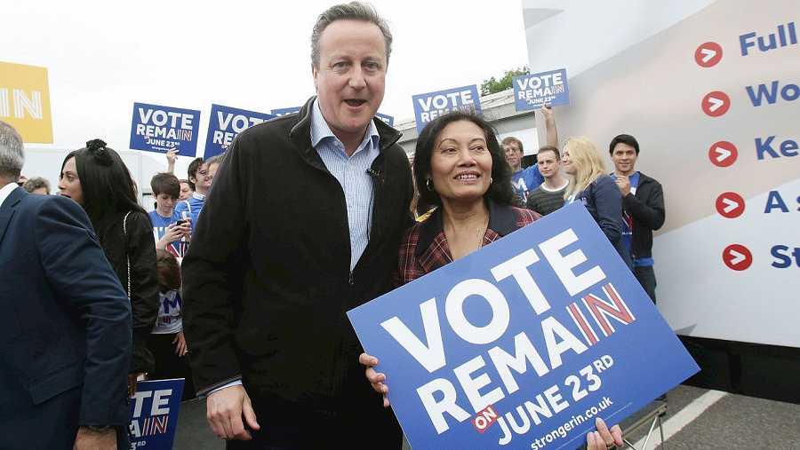 El primer ministro británico, David Cameron, posa para la campaña a favor de la permanencia del Reino Unido en la UE, el 30 de mayo de 2016. AFP PHOTO / POOL / Yui Mok