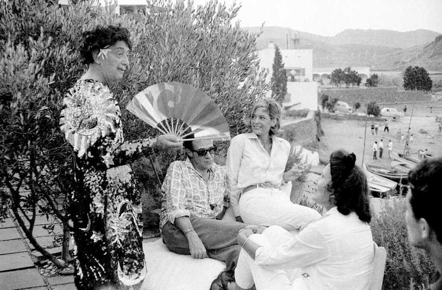 Salvador Dalí presume de disfraz en su casa de Port-Lligat, junto a su esposa Gala y algunos amigos