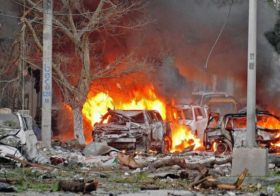 La avenida Maka al Murakam, en Mogadiscio, poco después del atentado contra el hotel Ambassador