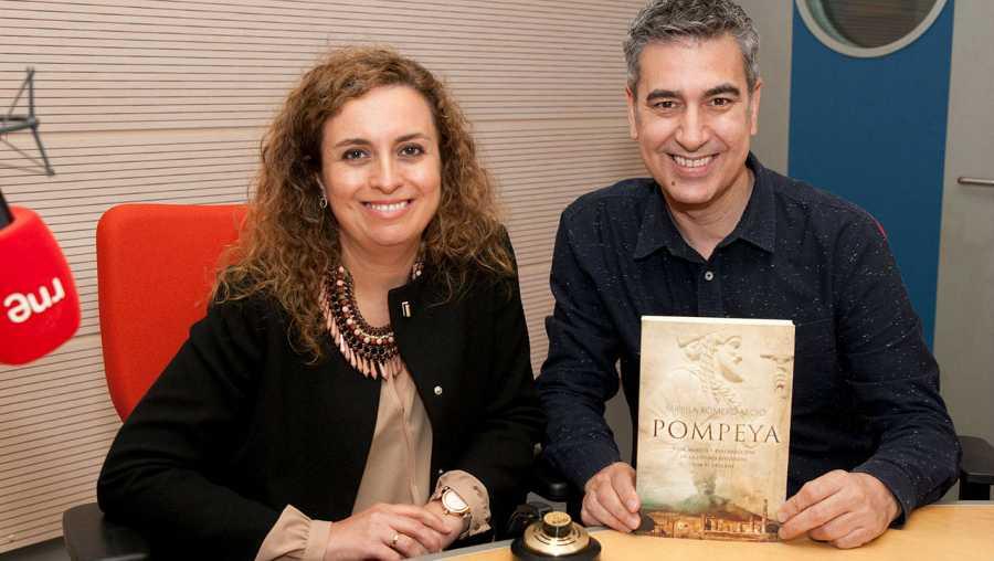 Mirella Romero, con Arturo Martín en Rne Madrid, mostrando uno de sus libros sobre Pompeya