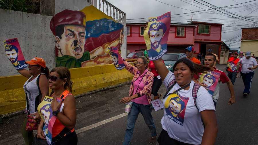 Opositories venezolanos marchan hacia la cárcel donde se encuentra Leopoldo López