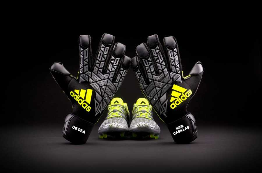 Imagen de los guantes que usarán Iker Casillas y David de Gea durante la Eurocopa.