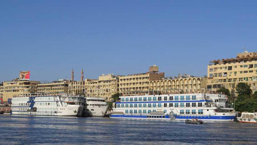 Cruceros amarrados en la orilla del río Nilo en la ciudad de Asuán, parados y fuera de funcionamiento debido a la crisis del turismo