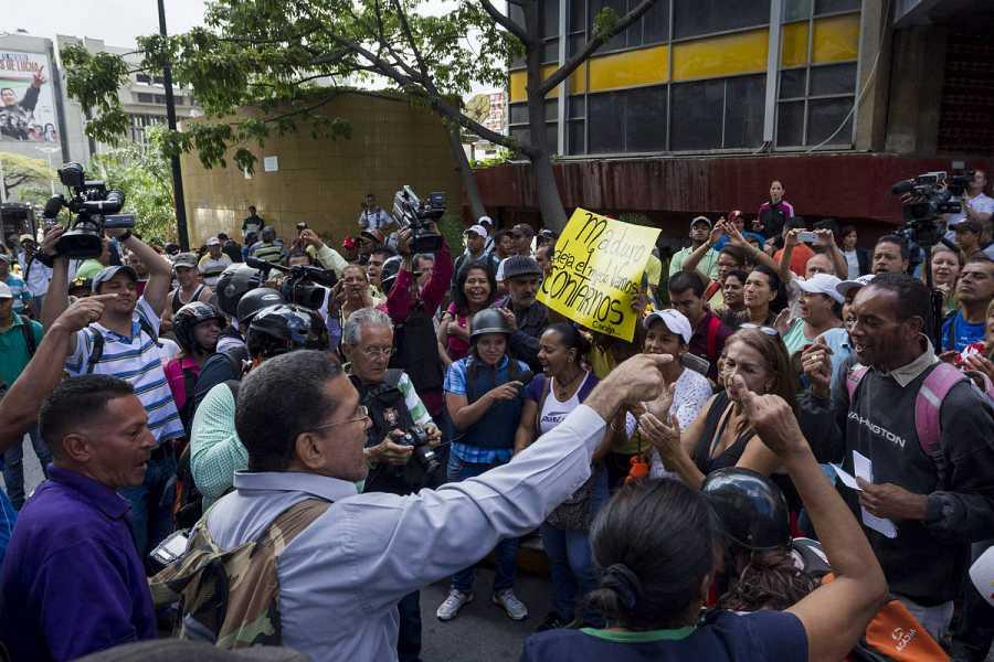 Opositores y chavistas se enfrentan ante la sede del Consejo Nacional Electoral en Caracas