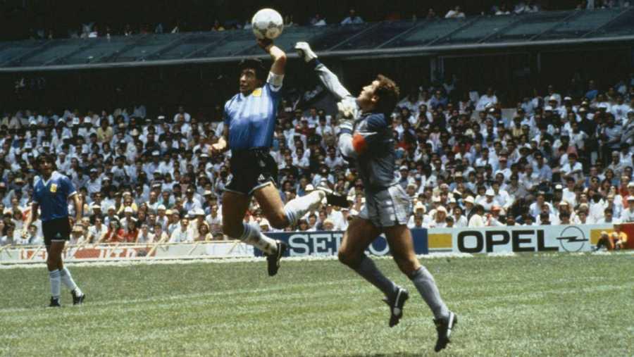 Imagen de la conocida 'mano de Dios' de Maradona