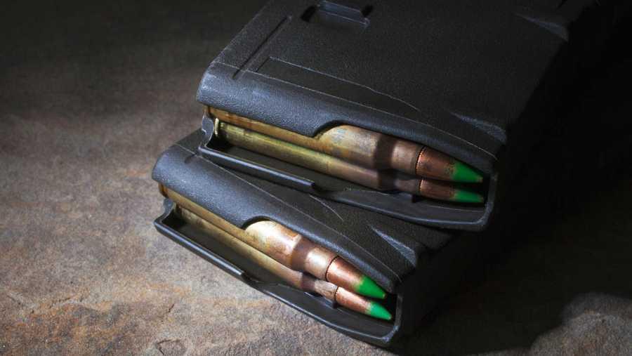 El cargador del AR-15 tiene una capacidad de 30 balas, que pueden ser disparadas en aproximadamente un minuto.