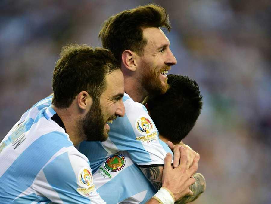 Lionel Messi y Gonzalo Higuain celebran un gol contra Venezuela en los cuartos de la Copa América.