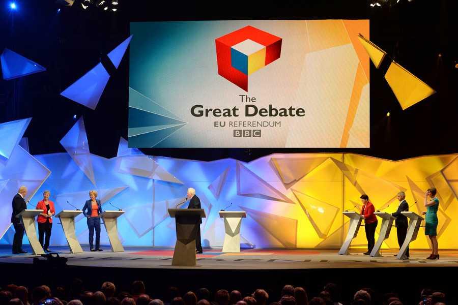 Boris Johnson, Gisela Stuart y David Dimbleby -los tres a favor del 'Brexit'- se enfrentan durante el debate de la BBC a Sadiq Khan, Frances O'Grady, Ruth Davidson, defensores de la permanencia en la UE.