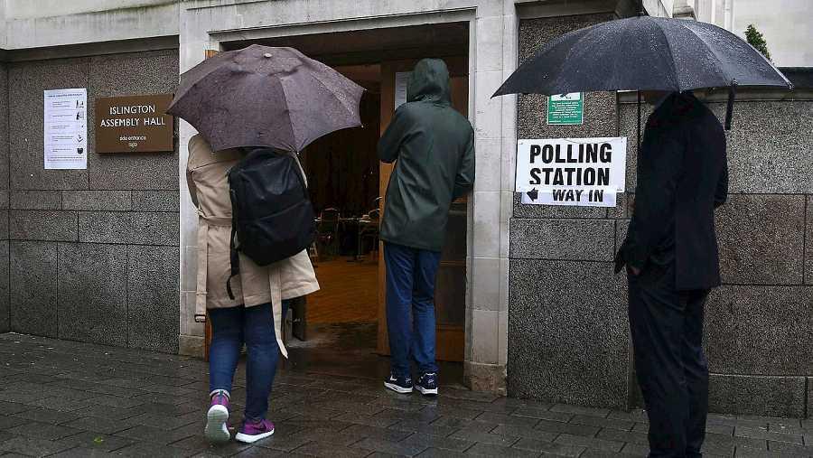 Colas en un colegio electoral en el norte de Londres. REUTERS/Neil Hall