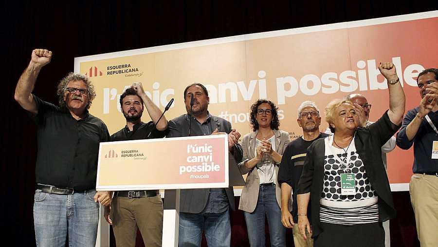 El cabeza de lista de ERC por Barcelona, Gabriel Rufián, junto al líder del partido y vicepresidente de la Generalitat, Oriol Junqueras, y el candidato número dos Joan Tardá celebran su resultado en las elecciones generales.