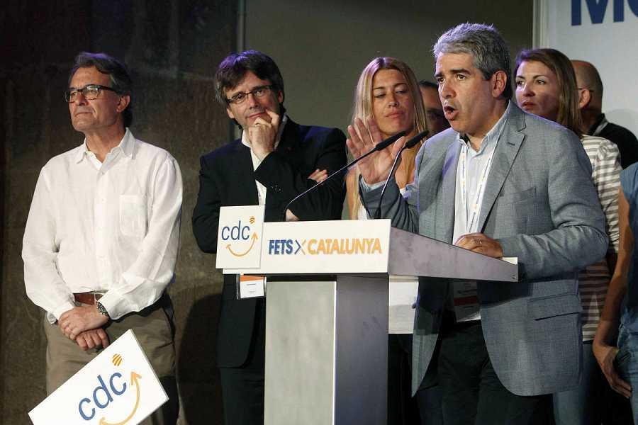 El cabeza de lista por Barcelona de CDC a las elecciones generales, Francesc Homs, pronuncia unas palabras ante el presidente de la Generalitat, Carles Puigdemont, tras conocer los resultados.