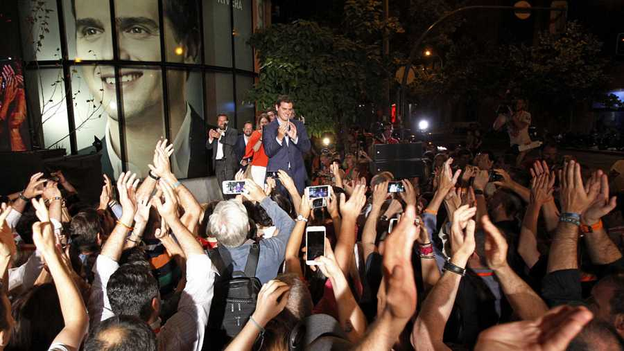 Los simpatizantes de Ciudadanos han acudido a la sede del partido en Madrid.