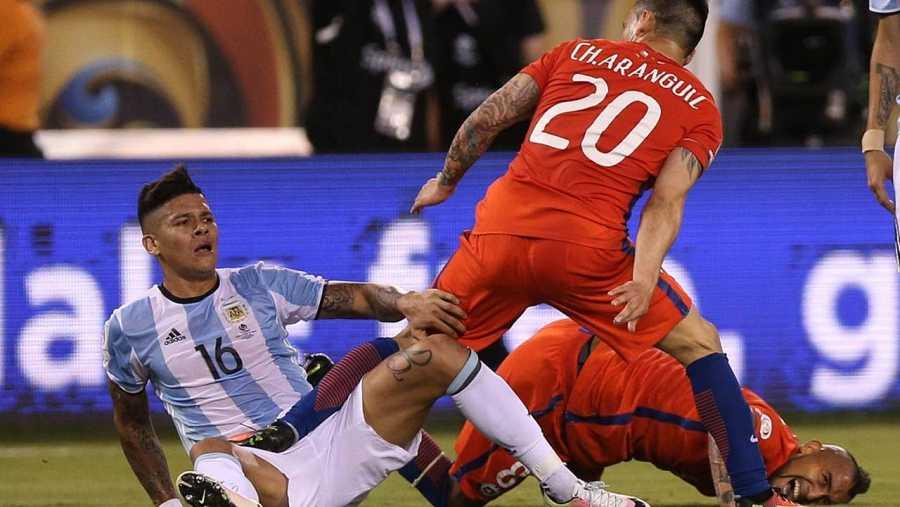 Momento de la entrada de Marcos Rojo a Arturo Vidal