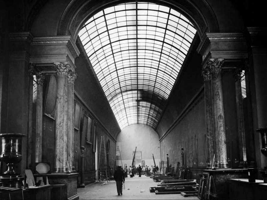 Vista general de una sala del Louvre completamente vacía