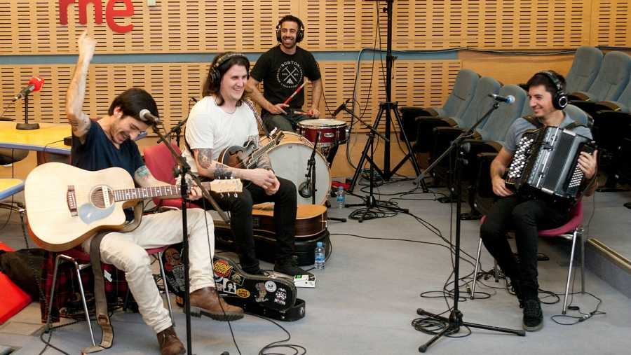 David Ruiz (voz y guitarra), Caleb Melguizo (batería), Joselito Maravillas (acordeón) y Adán Ruiz (mandolina)