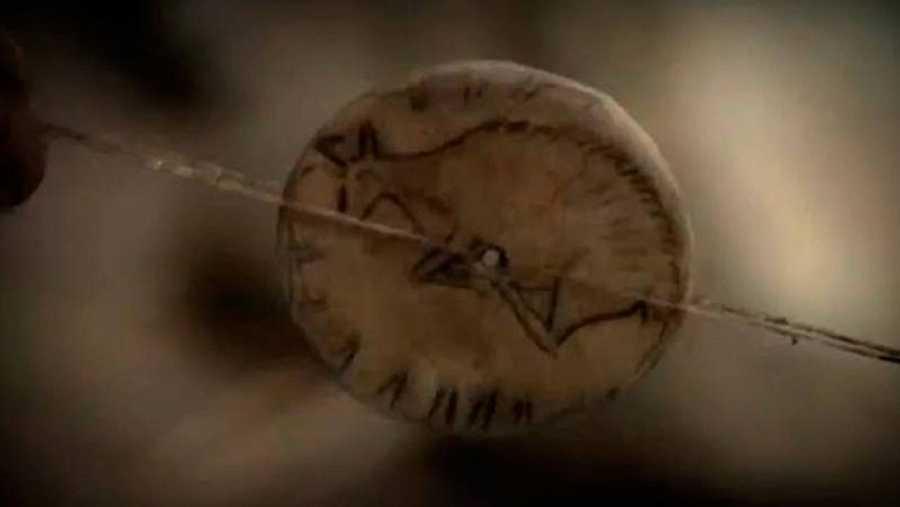 Disco de hueso tallado con un gamo en cada lado