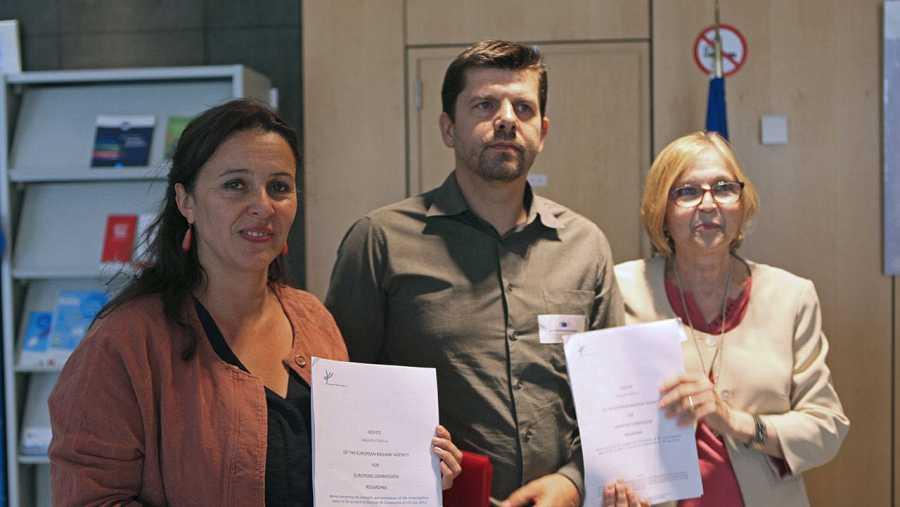 La eurodiputada del BNG, Ana María Miranda (i), el presidente de la Asociación de Víctimas del Alvia 04155, Jesús Domínguez, y la vocal, Teresa González.