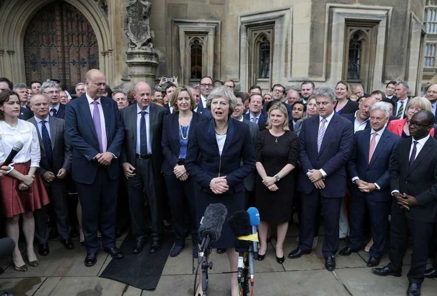 Theresa May comparece ante las puertas del Parlamento, junto a decenas de diputados 'tories'