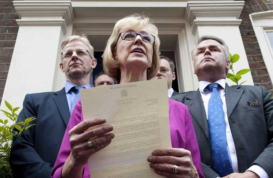 La secretaria de Estado de Energía, Andrea Leadsom, anuncia su retirada de las primarias del Partido Conservador británico