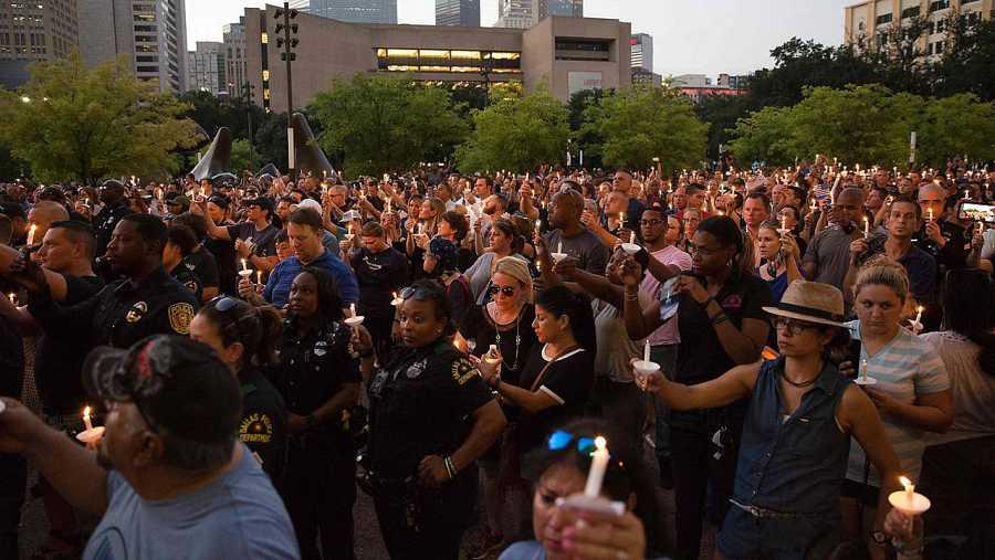 Vigilia por los cinco policías asesinados en Dallas (Texas, EE.UU.), el 11 de julio de 2016. AFP PHOTO / Laura Buckman