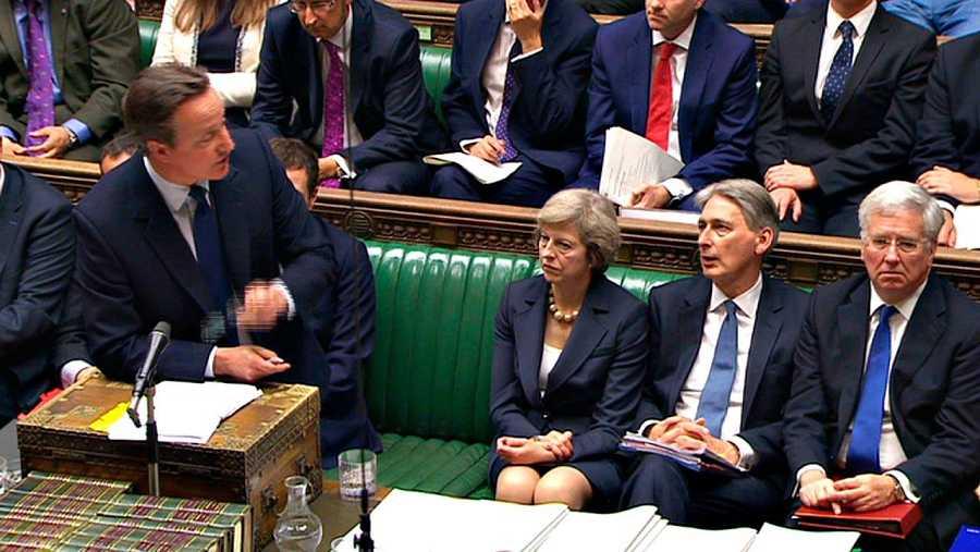 David Cameron, en su última intervención en el Parlamento como primer ministro, con su sucesora, Theresa May, a la derecha