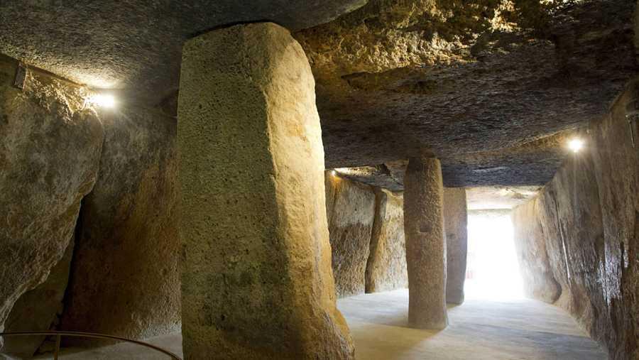 Una experta de la Unesco recorre los dólmenes de Antequera para evaluarlos