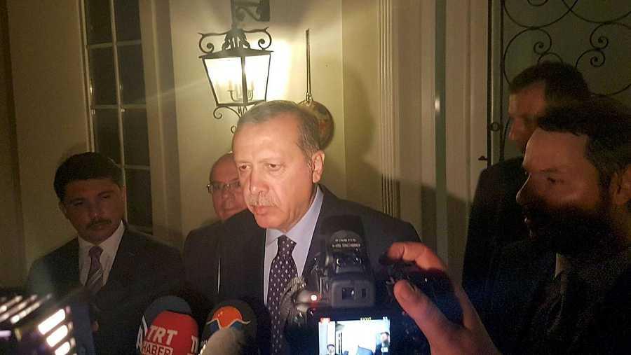 El presidente turco, Recep Tayyip Erdogan, habla a los medios en la estación de veraneo de Marmaris, en Turquía, el 15 de julio de 2016. REUTERS/Kenan Gurbuz