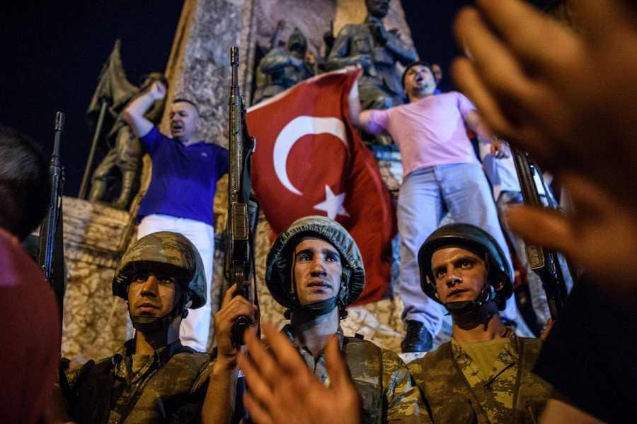 Los ciudadanos turcos se enfrentan a los soldados en la plaza Taksim de Estambul
