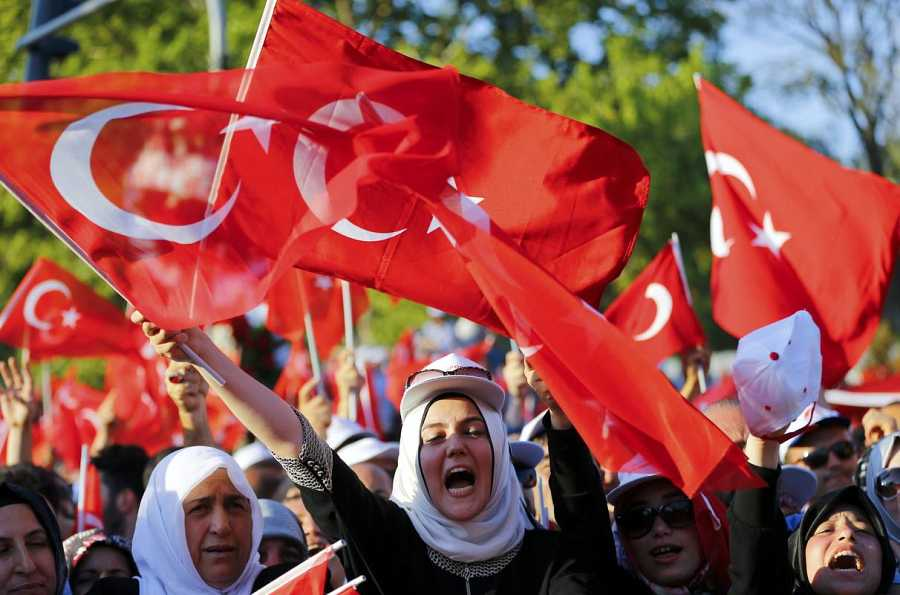 Manifestantes en Estambul celebran el fracaso del golpe militar