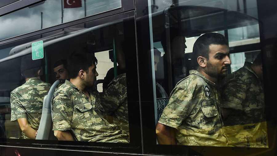 Varios soldados turcos detenidos por participar presuntamente en el fallido golpe de Estado llegan al juzgado en Estambul