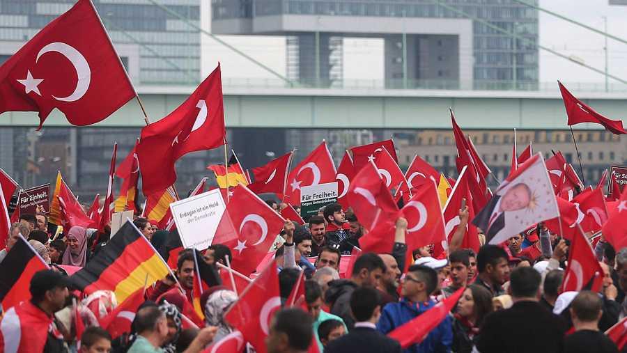 Seguidores de Erdogan se manifiestan en Colonia contra el golpe de Estado