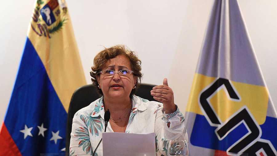 La presidenta del Consejo Nacional Electoral (CNE), Tibisay Lucena, durante una rueda de prensa en Caracas, el 1 de agosto de 2016. AFP PHOTO / JUAN BARRETO